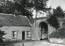 BR_POORTEN_KAAIPOORT_025 De Kaaipoort en de woning Kaaistraat 27 vóór de restauratie; 3 augustus 1962