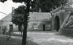 BR_POORTEN_KAAIPOORT_027 De Kaaipoort en de woning Kaaistraat 27 na de restauratie; ca. 1972