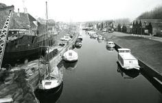 BR_SCHARLOO_042 Kijkje op de het Scharloo en de Turfkade. In de haven liggen plezierschepen. Op de scheepswerf v/d ...