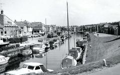 BR_SCHARLOO_043 Kijkje op de het Scharloo en de Turfkade. In de haven liggen plezierschepen; 1968