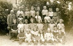 BR_SCHOLEN_BIJBEL_001 Klassenfoto van de school met de Bijbel aan de Schoolstraat. Voorste rij: Sjaan van Rij v/d ...