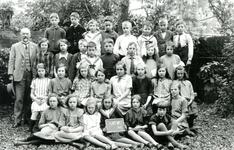 BR_SCHOLEN_BIJBEL_002 Klassenfoto van de school met de Bijbel aan de Schoolstraat. Bovenste: Piet v/d Poel, Piet ...