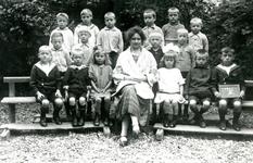 BR_SCHOLEN_BIJBEL_003 Klassenfoto van de school met de Bijbel aan de Schoolstraat; 1925