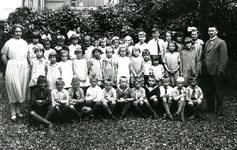 BR_SCHOLEN_BIJBEL_005 Klassenfoto van de school met de Bijbel aan de Schoolstraat. Achterste rij: onbekend, onbekend, ...