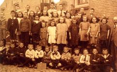 BR_SCHOLEN_BIJBEL_007 Klassenfoto van de school met de Bijbel aan de Schoolstraat. Vierde rij: Gerrit van Rijd, Pauw ...