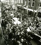BR_SINTERKLAAS_1980_001 De burgemeester verwelkomt Sinterklaas voor het stadhuis; november 1980