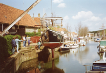 BR_TURFKADE_142 Bij Scheepswerf Delta van Van der Torren wordt de Walrus te water gelaten; ca. 1990