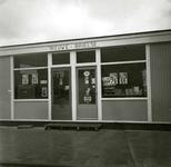BR_WELLEWEG_002 Houten noodwinkel 'Nieuwe Brielse' van D. van Rij tijdens de aanleg van de nieuwbouwwijk Rugge; 1964