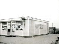BR_WELLEWEG_003 Houten noodwinkel 'Nieuwe Brielse' van D. van Rij tijdens de aanleg van de nieuwbouwwijk Rugge; 1966
