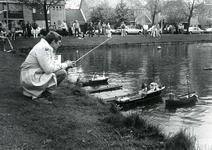 BR_WELLEWEG_013 De modelbouwvereniging Voorne houdt een demonstratie met modelschepen in de watering langs de Welleweg; ...