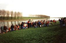 GV_NOORDDIJK_06 Aankomst van Sinterklaas op het Voedingskanaal. Op de Noorddijk staan kinderen te wachten; december 1996