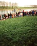 GV_NOORDDIJK_07 Aankomst van Sinterklaas op het Voedingskanaal. Op de Noorddijk staan kinderen te wachten; december 1996