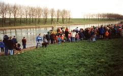 GV_NOORDDIJK_08 Aankomst van Sinterklaas op het Voedingskanaal. Op de Noorddijk staan kinderen te wachten; december 1996
