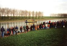 GV_NOORDDIJK_09 Aankomst van Sinterklaas op het Voedingskanaal. Op de Noorddijk staan kinderen te wachten; december 1996