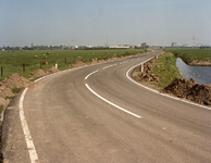 GV_POLDERWEG_01 Zicht op de polder, het stadje Geervliet en de industrie van de Europoort; 1990