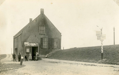 HK_VEER_004 Het veerhuis of Tolhuis bij de veerboot Hekelingen - Nieuw-Beijerland over het Spui; ca. 1920