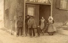 HK_VEER_005 De familie Stuip voor het veerhuis of Tolhuis bij het veer Hekelingen - Nieuw-Beijerland ; 1925