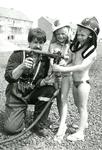 HE_BRAND_011 Kinderen spuiten met de brandweerspuit; 1986
