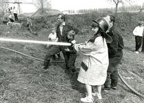 HE_BRAND_012 Kinderen spuiten met de brandweerspuit; 1986