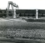 HE_DELTAWERKEN_030 Hellevoetsluis; Werkzaamheden aan de spuisluizen in de bouwput van de Deltawerken, oktober 1966