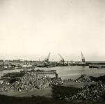 HE_DELTAWERKEN_039 Hellevoetsluis; De werkhaven naast de vesting van Hellevoetsluis, waar materiaal werd aangevoerd ...