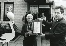 HE_PERSONEN_018 Kraamcentrum De Eilanden verwerft ISO Keurmerk. Burgemeester van Rossen.; ca. 1990