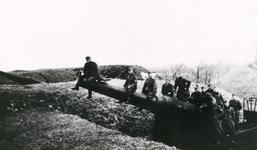 HE_TWEEDEWERELDOORLOG_001 Duitse militairen nemen bezit van een kanon op de Wallen.; ca. 1940
