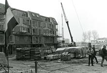 HE_WONINGBOUW_002 Woningbouwcomplex in Hellevoetsluis bereikt het hoogste punt; 23 februari 1984