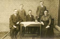 NN_KLASSENFOTO_001 Personeel O.L.S. Vlotbrug; V.l.n.r. Meester C. Bijleveld, C. van Gelderen, Schipper, Meester van der ...