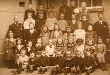 NN_KLASSENFOTO_010 Lena en Pietje Bravenboer zijn met een kruisje aangegeven; ca. 1905