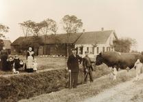 NN_KOOIWEG_001 Boerderij De Kooistee met v.l.n.r. Elisabeth Scheijgrond, Arie Vijfvinkel jr. Lidewij Vijfvinkel, ...