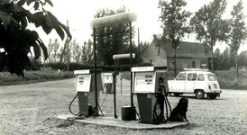 NN_OOSTDIJK_006 De witte pomp bij de voormalige melkfabriek langs de Oostdijk; ca. 1967
