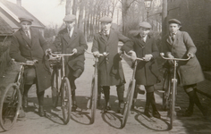 NN_PERSONEN_001 Per fiets van Vlotbrug, Hellevoetsluis, Nieuw-Helvoet en Nieuwenhoorn naar de HBS in Brielle. v.l.n.r. ...