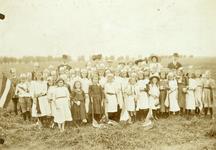NN_VLOTBRUG_001 De kinderen van de Vlotbrug vieren de onafhankelijkheidsfeesten van 1913; 1913