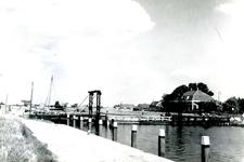 NN_VLOTBRUG_002 De Vlotbrug over het Kanaal door Voorne. Op de achtergrond het huisje Ummetoe; 1972