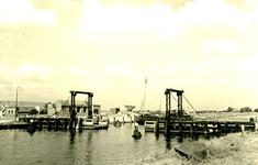 NN_VLOTBRUG_004 De Vlotbrug over het Kanaal door Voorne; 23 augustus 1951