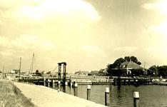 NN_VLOTBRUG_005 De Vlotbrug over het Kanaal door Voorne. Op de achtergrond het huisje Ummetoe; 23 augustus 1951