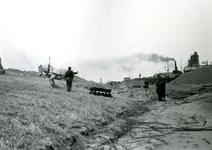 NN_WATERSNOODRAMP_038 Nieuwenhoorn; Maken van een kistdam langs het Kanaal door Voorne na de watersnoodramp, Februari 1953