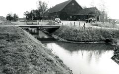 NH_SCHENKELDIJK_003 Regelbare stuw en betonnen brug bij de Hoofdwatergang langs de Haringvlietweg. Op de achtergrond de ...