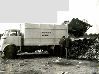 OV_BREEWEG_03 Een vuilniswagen stort een lading op de vuilstortplaats; ca. 1970