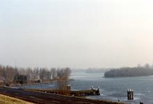 OV_BRIELSEMAASDAM_62 Oostvoorne; Uitzicht op Brielse Meer vanaf de Brielse Maasdam, ca. 1994