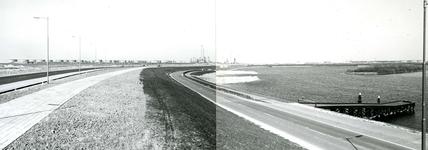 OV_BRIELSEMAASDAM_76 Oostvoorne; Links de Provinciale weg 78, rechts de Brielse Maasdam langs het Brielse Meer. Op de ...