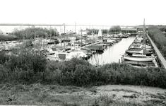 OV_BRIELSEMAASDAM_77 Oostvoorne; Jachthaven Geijsman langs de Brielse Maasdam en het Brielse Meer, Juni 1972