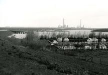 OV_BRIELSEMAASDAM_78 Oostvoorne; Jachthaven Geijsman langs de Brielse Maasdam en het Brielse Meer. Op de achtergrond de ...