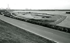 OV_BRIELSEMAASDAM_79 Oostvoorne; Aanleg van de jachthaven van Watersportvereniging Oostvoorne langs de Brielse Maasdam ...