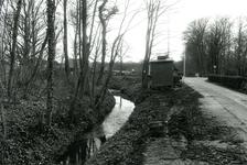 OV_GROENEWEG_04 Aanleg van buizen langs het Overbos; 11 april 1985