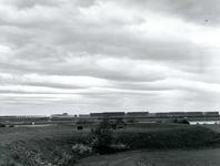 OV_HEINDIJK_54 Oostvoorne; Panorama vanaf de Stenen Baak: de Dintelbrug, de Kogeloven en de BP, ca. 1965