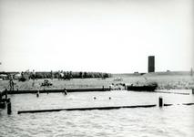 OV_HEINDIJK_84 Oostvoorne; Met houten beschoeiing afgesloten zwembad in de Brielse Meer, op de achtergrond het Stenen ...