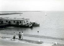 OV_HEINDIJK_85 Oostvoorne; Drijvende loods of kantine bij een zwembad naast het Stenen Baak in het Brielse meer, 1959