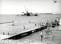 OV_HEINDIJK_86 Met houten beschoeiing afgesloten zwembad in de Brielse Meer, op de achtergrond een zandzuiger op de ...